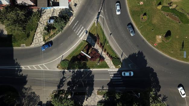 Estradas urbanas vistas de cima - interseção com rotatória urbana moderna