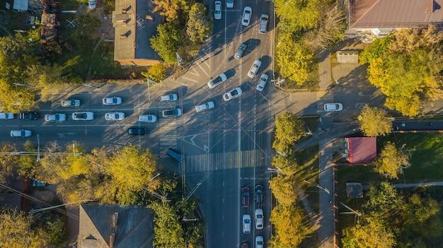 Estradas urbanas vistas de cima - interseção de tráfego urbano moderno em agosto