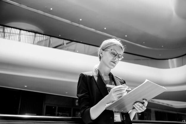 Estratégia da visão da mulher de negócios o conceito dianteiro da maneira