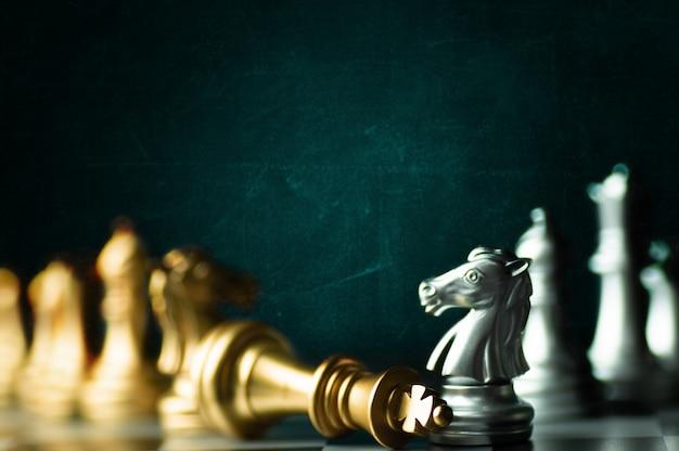 Estratégia de idéia e conceito de negócio de concorrência confidencial, rei peças de xadrez a bordo