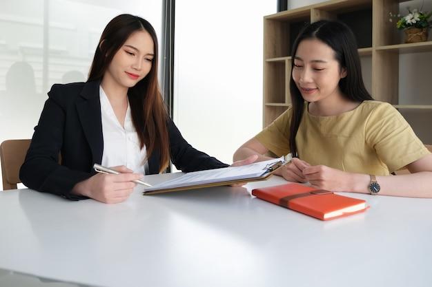 Estratégia de negócios e conceitos de discussão. os empresários são consultores de economia.