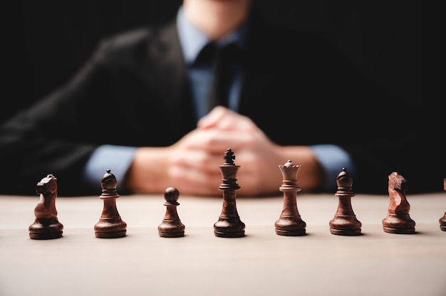 Estratégia de xadrez para liderança empresarial e equipe no conceito de sucesso, competição de líder do rei do jogo com desafio de poder de trabalho em equipe, peça de peão jogando a bordo, inteligência de vitória do tabuleiro de xadrez