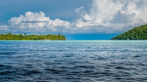 Estreito entre kri e a ilha de monsuar. raja ampat, indonésia, papua ocidental.