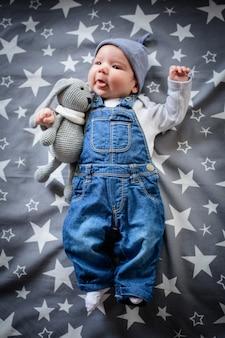 Estrela bebê. a criança encontra-se com as estrelas. sonhos noturnos do bebê.