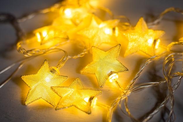 Estrela da lâmpada de natal em fundo branco