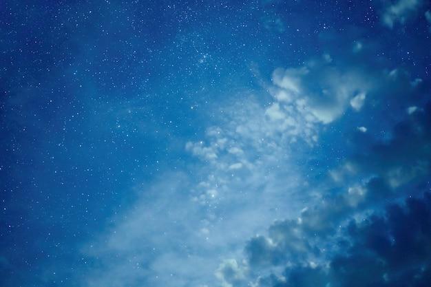 Estrela da noite, galáxia, estrelas, poeira espacial no universo com nuvens