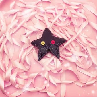 Estrela de brinquedo têxtil artesanal.