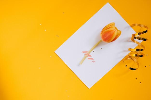 Estrela de férias decorações e branco limpo em branco com tulipa em fundo amarelo