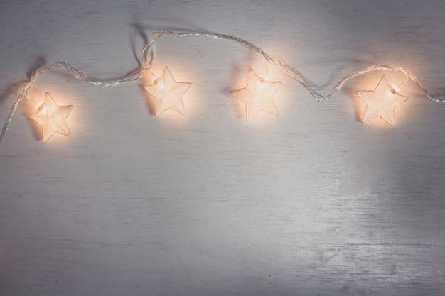 Estrela de lâmpada de natal em fundo branco