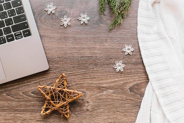 Estrela de madeira com flocos de neve na mesa