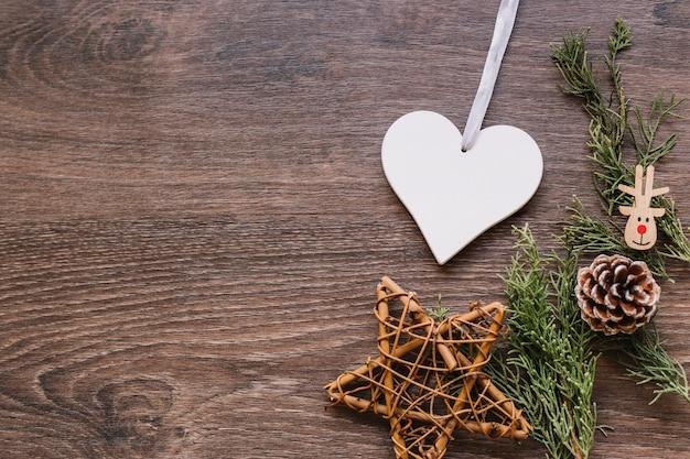 Estrela de madeira com pequenos ramos na mesa