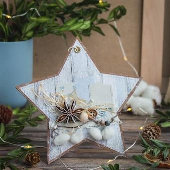 Estrela de natal artesanal em forma de cartão com anis e tecido