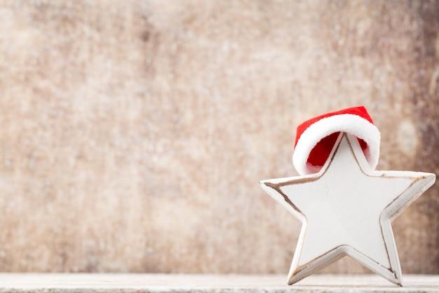 Estrela de natal com chapéu de papai noel