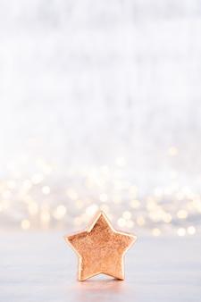Estrela de natal, decoração em fundo prata bokeh.
