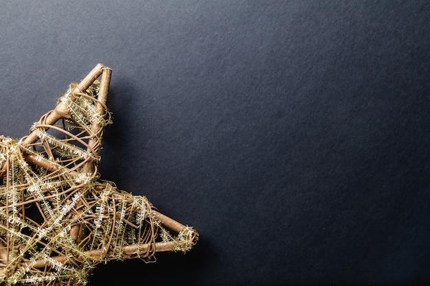 Estrela de natal em fundo preto e copyspace