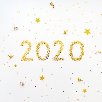 Estrela de novo ano 2020 dourado em forma de fundo de confetes.