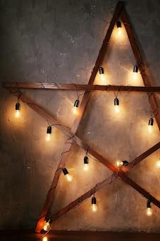 Estrela decorativa de madeira com luzes