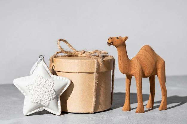 Estrela do dia da epifania com caixa de presente e estatueta de camelo