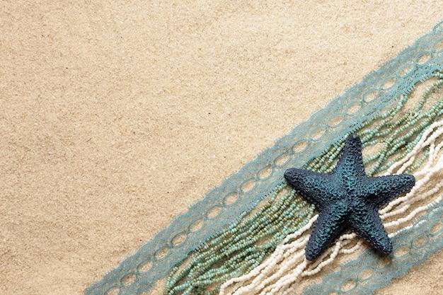 Estrela do mar azul na areia brilhante do mar para cartões