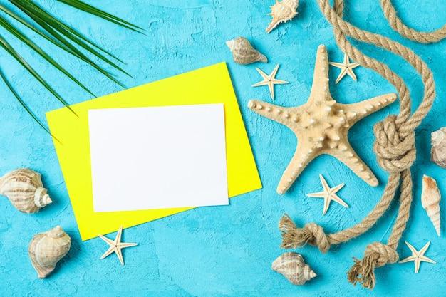 Estrela do mar, conchas, corda do mar, folha de palmeira e espaço para texto em fundo de dois tons, vista superior. conceito de férias de verão