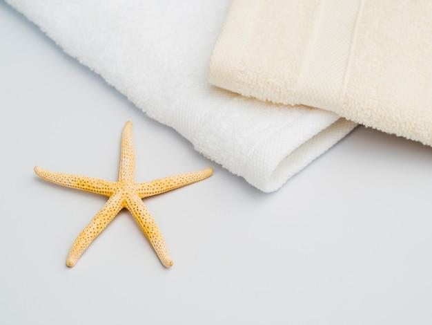 Estrela do mar lateral ao lado de toalhas