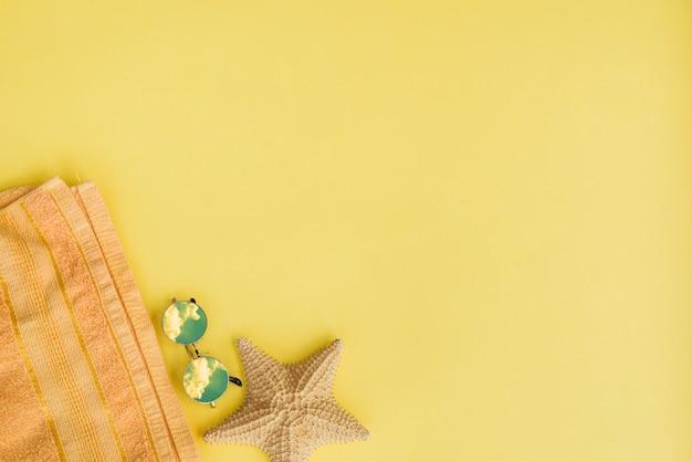 Estrela do mar perto de toalha e óculos de sol
