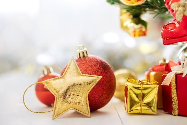 Estrela dourada do natal e decoração do natal na tabela.