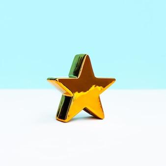 Estrela dourada em fundo de cor pastel