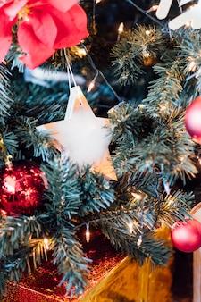 Estrela e bola para a árvore de natal de decoração