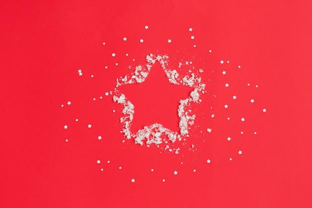 Estrela e neve na composição vermelha de natal.