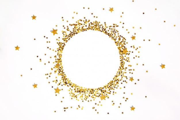 Estrela em forma de quadro de lantejoulas douradas dispostas em círculo.
