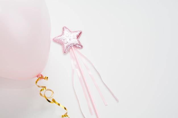 Estrela minimalista na vara e balão