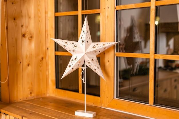 Estrela típica para relâmpagos e decoração durante o inverno para o natal. a estrela deve representar a estrela de belém e é acesa no primeiro domingo do advento.