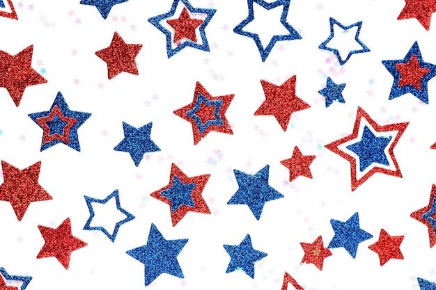 Estrelas brilhantes do fundo de cores azuis e vermelhas de tamanhos diferentes. conceito de dia da independência dos eua.