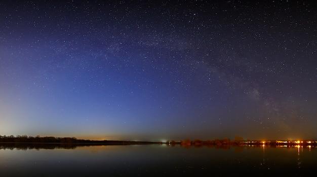 Estrelas da via láctea no céu antes do amanhecer