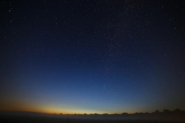 Estrelas da via láctea no céu noturno. espaço no fundo da madrugada da manhã.