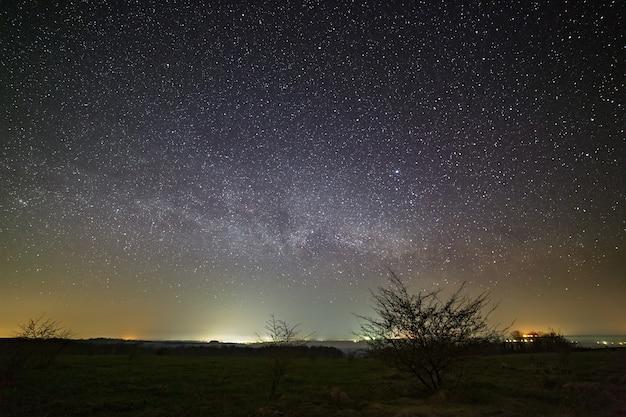 Estrelas da via láctea no céu noturno.
