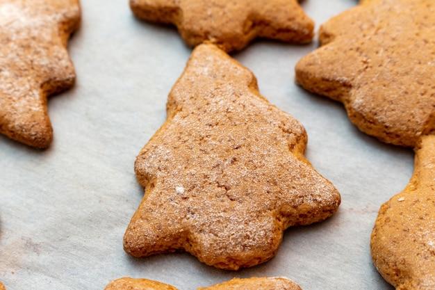 Estrelas de biscoito de biscoitos caseiros tradicionais de ano novo de natal e processo de preparação de forma de abeto