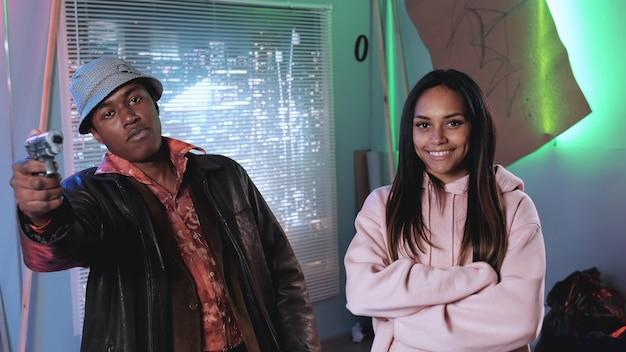 Estrelas de cinema masculinas e femininas africanas sorrindo para a câmera