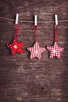 Estrelas de natal costuradas brancas e vermelhas presas à corda
