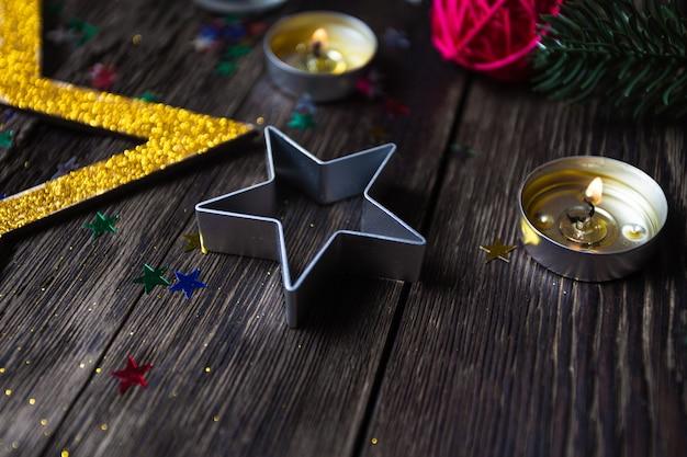 Estrelas de natal queimando velas