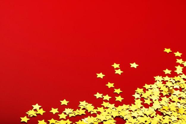 Estrelas de papel dourado brilhante