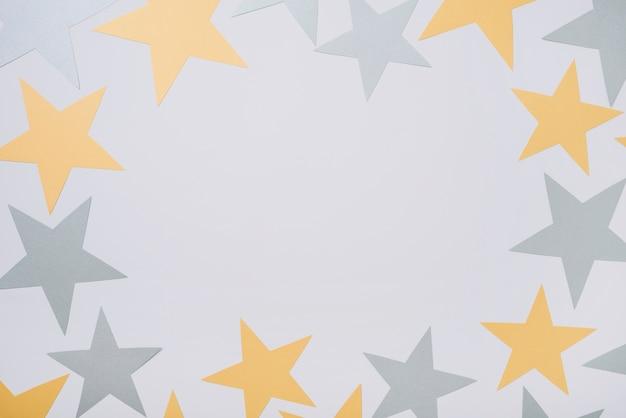 Estrelas de papel grande na mesa