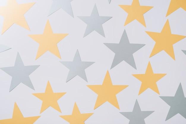 Estrelas de papel na mesa