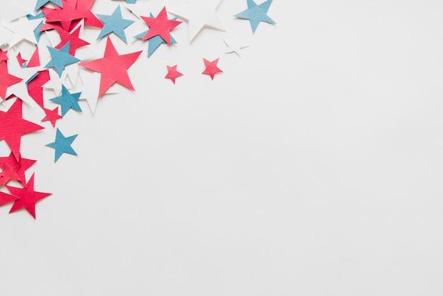 Estrelas de papel no fundo branco