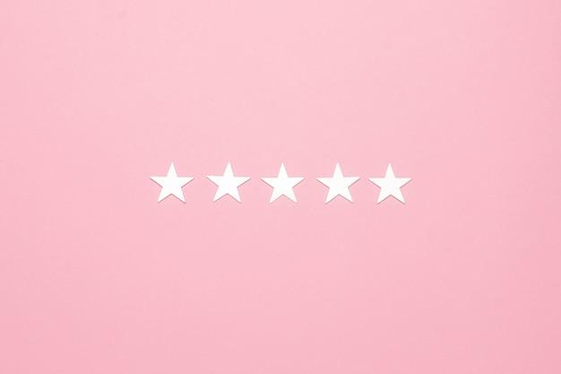 Estrelas de prata na superfície rosa