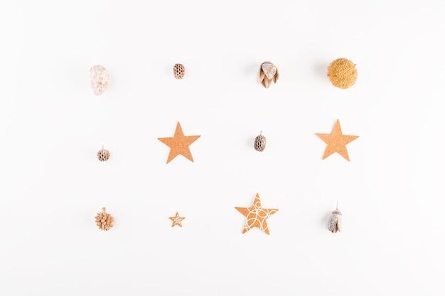 Estrelas decorativas e bolotas secas