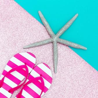 Estrelas do mar e chinelos de praia estilo minimalista