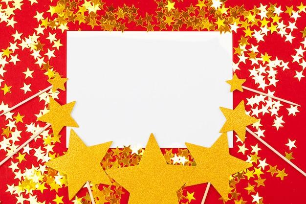 Estrelas douradas e brancas com papel em branco