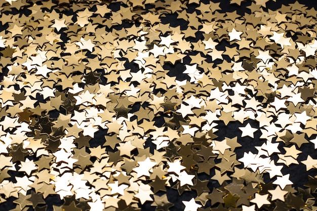 Estrelas douradas em fundo preto